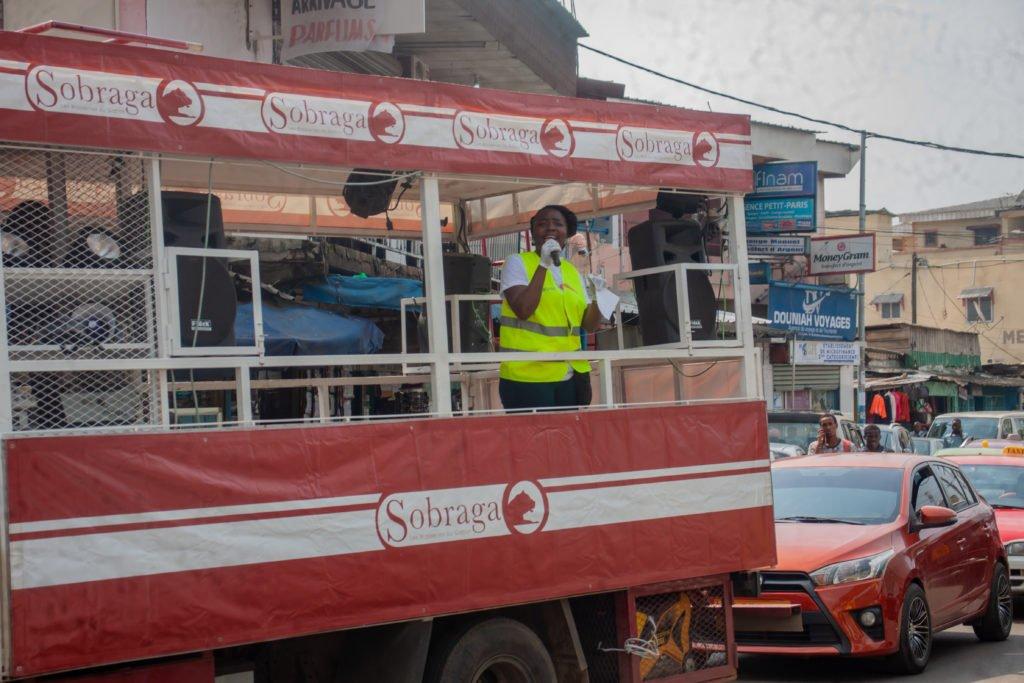 Grâce à la présence du pick-up podium de la Sobraga sur le terrain, des messages de sensibilisation ont été lancés plus facilement à l'endroit des populations