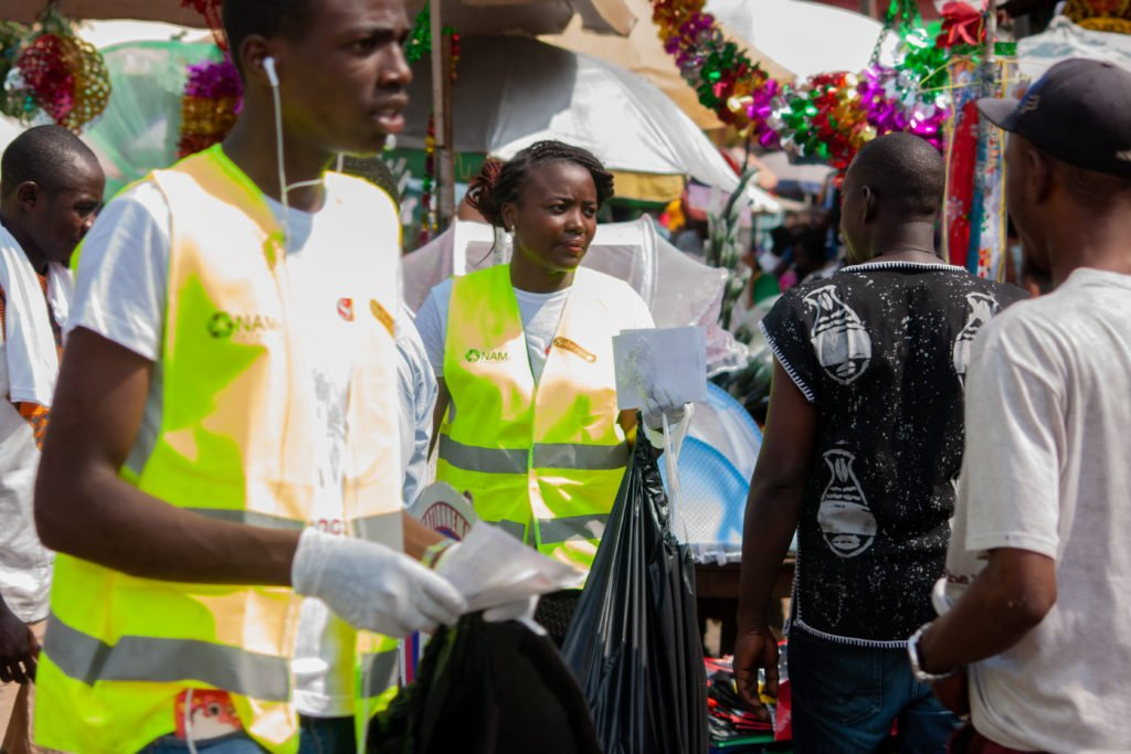 Les volontaires ont parcouru les quartier du Carrefour Léon Mba, de la Peyrie et de Petit Paris, particulièrements frappés par la pollution plastique due à l'incivisme des populations