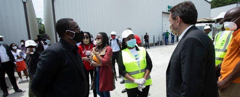 Un conteneur d'eau ANDZA pour la banque alimentaire